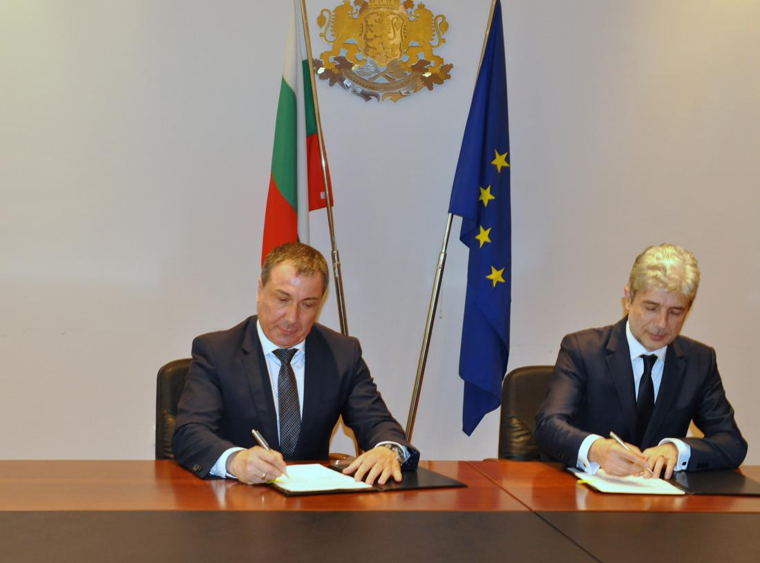Договорът за предоставяне на безвъзмездната финансова помощ бе подписан между министъра на околната среда и водите Нено Димов и кметът Николай Димитров